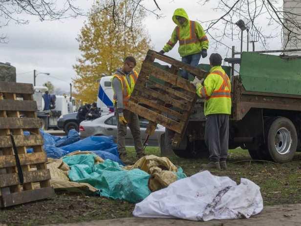 vancouver-bc-november-25-2016-city-crews-remove-items.jpeg